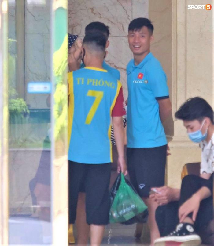 Quỳnh Anh đưa con trai đến tạm biệt Duy Mạnh trước giờ đội tuyển sang UAE - Ảnh 8.