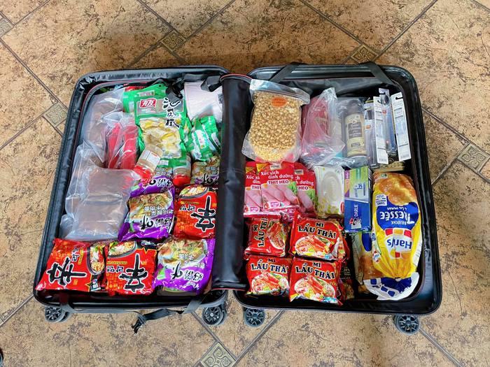 Khám phá list đồ ăn vặt được tuyển thủ Việt Nam mang sang UAE: Mỳ tôm, nem chua và cả gia vị thần thánh  - Ảnh 1.