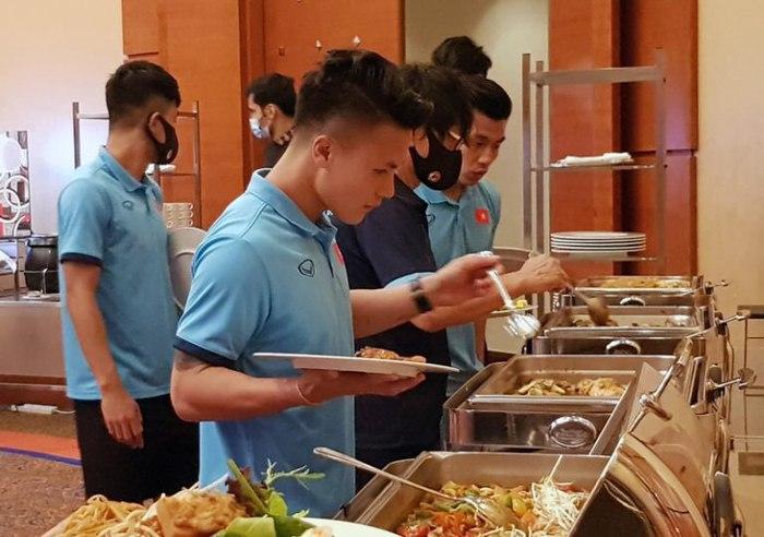 Bữa ăn ngon đầu tiên của tuyển Việt Nam tại khách sạn ở Dubai - Ảnh 3.