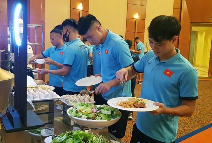 Bữa ăn ngon đầu tiên của tuyển Việt Nam tại khách sạn ở Dubai - Ảnh 4.