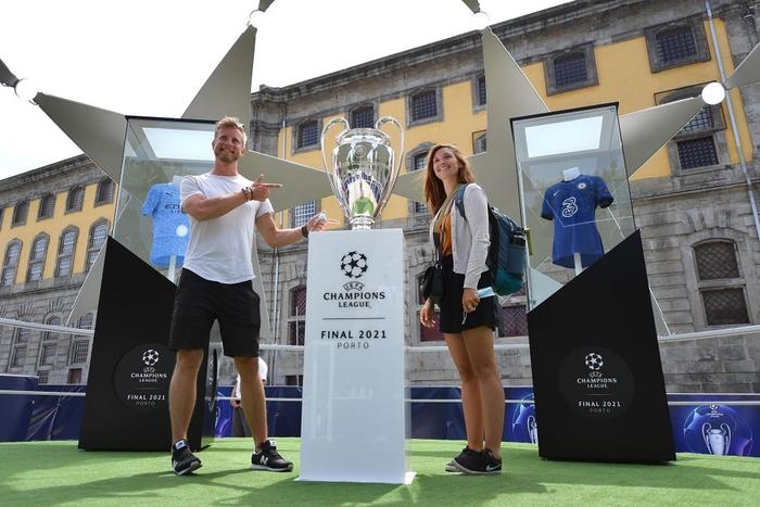 Bị cà khịa vì mất cúp vô địch Europa League, fan MU lao vào choảng fan Man City ở nơi diễn ra chung kết Champions League - Ảnh 8.