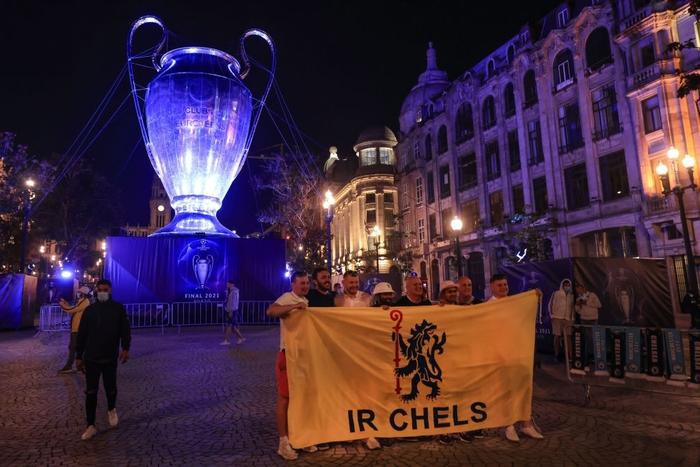 Bị cà khịa vì mất cúp vô địch Europa League, fan MU lao vào choảng fan Man City ở nơi diễn ra chung kết Champions League - Ảnh 9.