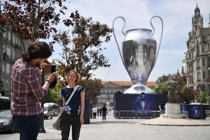 Bị cà khịa vì mất cúp vô địch Europa League, fan MU lao vào choảng fan Man City ở nơi diễn ra chung kết Champions League - Ảnh 6.