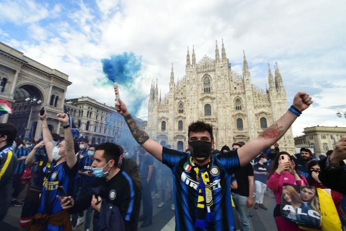 Hàng nghìn CĐV Inter đổ ra đường ăn mừng vô địch, nhiều người không đeo khẩu trang - Ảnh 5.