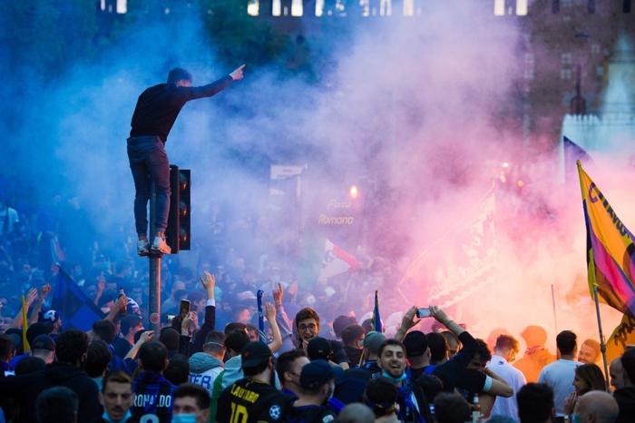Hàng nghìn CĐV Inter đổ ra đường ăn mừng vô địch, nhiều người không đeo khẩu trang - Ảnh 3.