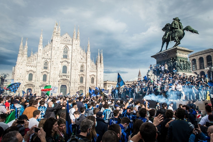 Hàng nghìn CĐV Inter đổ ra đường ăn mừng vô địch, nhiều người không đeo khẩu trang - Ảnh 2.