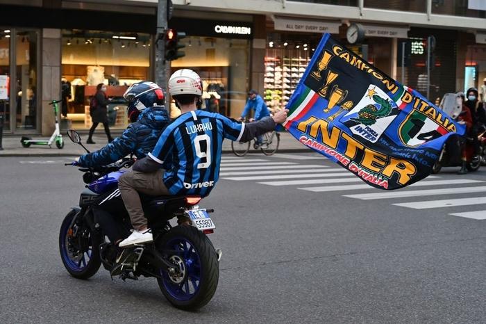 Hàng nghìn CĐV Inter đổ ra đường ăn mừng vô địch, nhiều người không đeo khẩu trang - Ảnh 6.