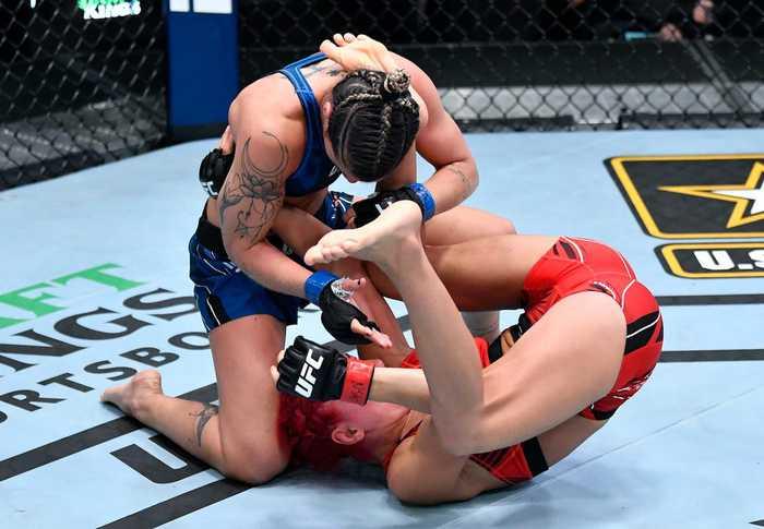 Sau khi dính phải cú đá phạm quy, nữ võ sĩ bị tố cố tình đóng kịch để khiến đối thủ nhận thất bại - ảnh 1