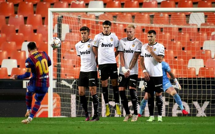 Messi đá hỏng phạt đền nhưng vẫn hóa người hùng nhờ có đồng đội hỗ trợ sửa sai - ảnh 5