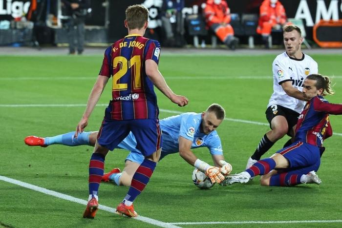 Barcelona thắng ngược kính tính trước Valencia để trở lại đường đua vô địch La Liga - ảnh 2