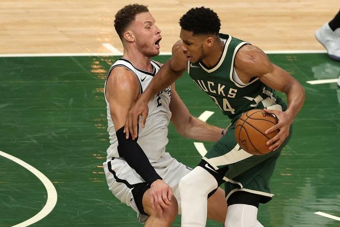 """Từ chối 42 điểm của Kevin Durant, """"Á thần Hy Lạp"""" đưa Milwaukee Bucks đến với chiến thắng nghẹt thở - Ảnh 2."""