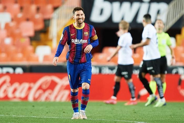 Messi đá hỏng phạt đền nhưng vẫn hóa người hùng nhờ có đồng đội hỗ trợ sửa sai - ảnh 1