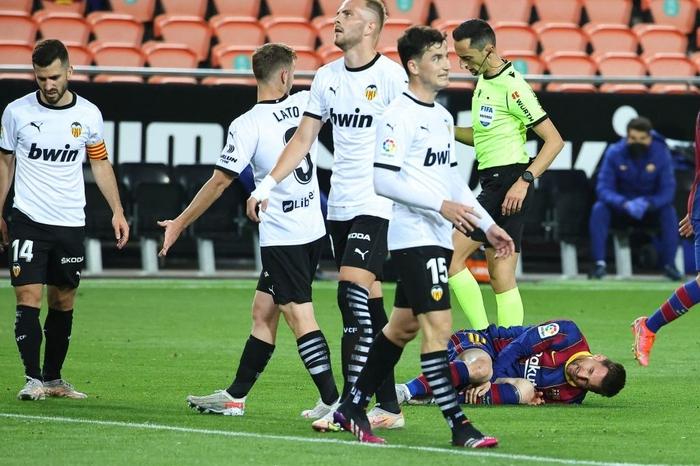 Messi đá hỏng phạt đền nhưng vẫn hóa người hùng nhờ có đồng đội hỗ trợ sửa sai - ảnh 7