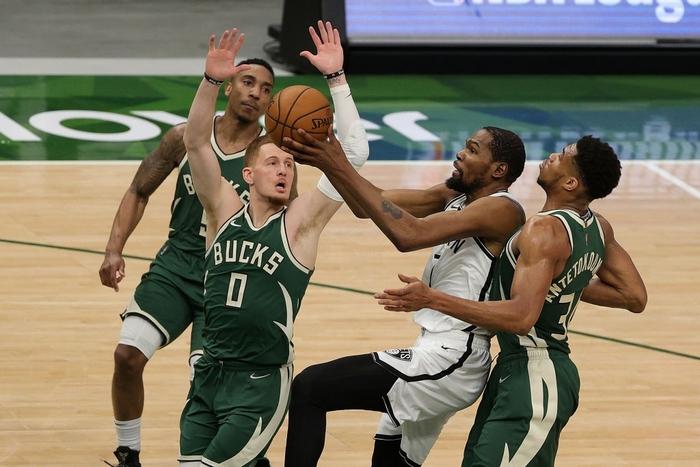 """Từ chối 42 điểm của Kevin Durant, """"Á thần Hy Lạp"""" đưa Milwaukee Bucks đến với chiến thắng nghẹt thở - Ảnh 1."""