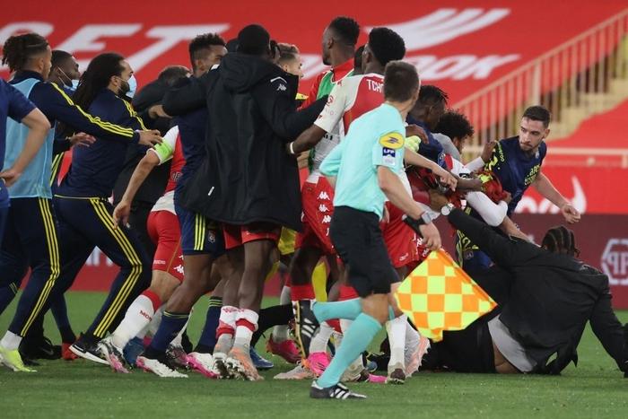 Đánh nhau cực căng sau trận Monaco và Lyon, 4 thẻ đỏ chia đều hai đội - Ảnh 2.