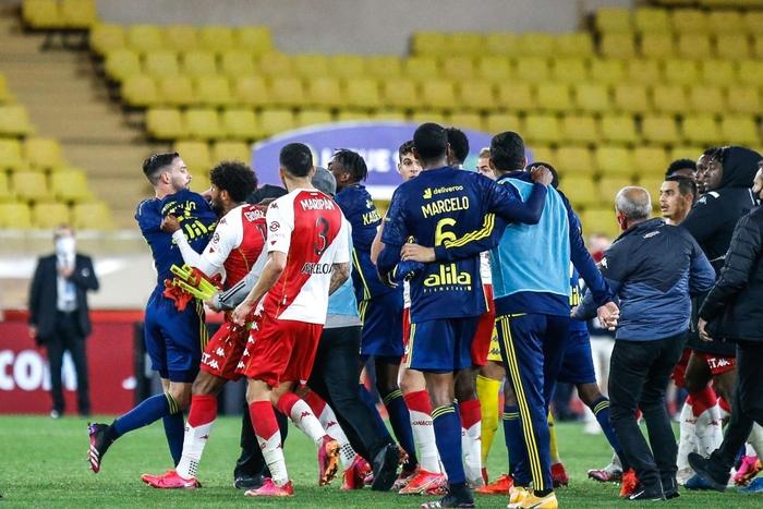 Đánh nhau cực căng sau trận Monaco và Lyon, 4 thẻ đỏ chia đều hai đội - Ảnh 3.