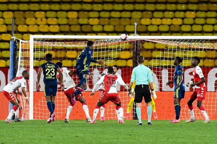Đánh nhau cực căng sau trận Monaco và Lyon, 4 thẻ đỏ chia đều hai đội - Ảnh 8.