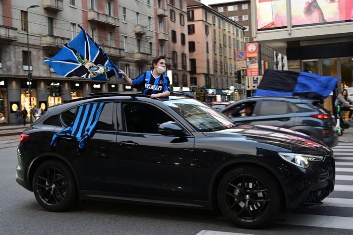 Hàng nghìn CĐV Inter đổ ra đường ăn mừng vô địch, nhiều người không đeo khẩu trang - Ảnh 7.