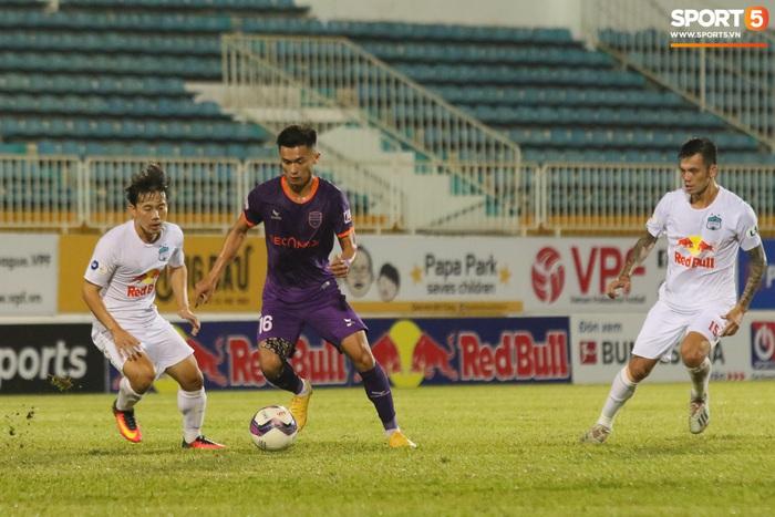 Cầu thủ Bình Dương va chạm Minh Vương chảy máu, vẫn tiếp tục thi đấu, CLB HAGL bị tố chơi không fair-play - Ảnh 7.