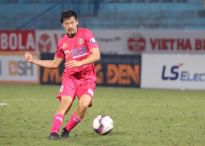 Ngoại binh U40 xử lý bóng gây ngỡ ngàng trước hàng thủ Hà Nội FC - Ảnh 1.