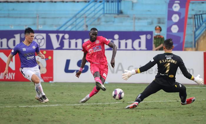 Ngoại binh U40 xử lý bóng gây ngỡ ngàng trước hàng thủ Hà Nội FC - Ảnh 6.