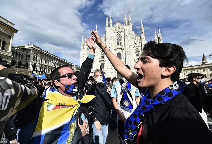 Hàng nghìn CĐV Inter đổ ra đường ăn mừng vô địch, nhiều người không đeo khẩu trang - Ảnh 4.
