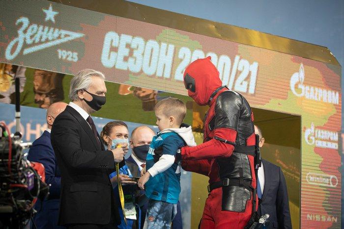 Cầu thủ người Nga chơi trội khi hóa trang thành Deadpool để ăn mừng chức vô địch - Ảnh 3.