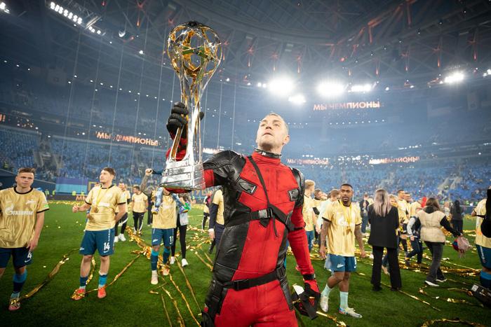 Cầu thủ người Nga chơi trội khi hóa trang thành Deadpool để ăn mừng chức vô địch - Ảnh 4.