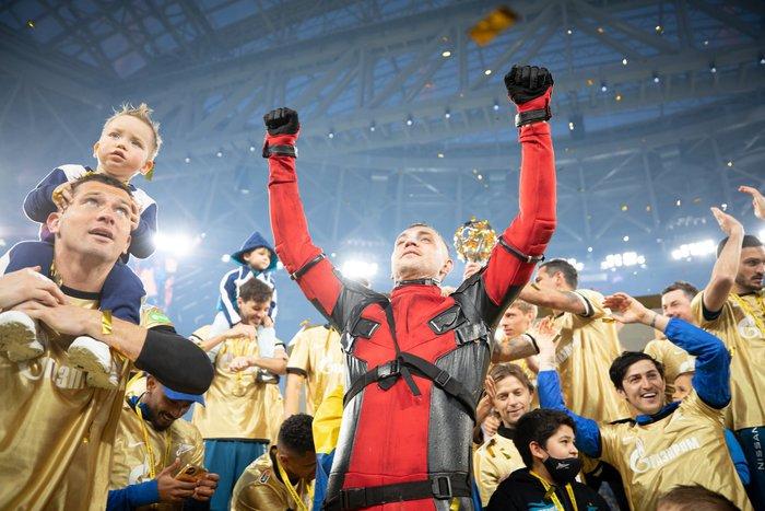 Cầu thủ người Nga chơi trội khi hóa trang thành Deadpool để ăn mừng chức vô địch - Ảnh 2.