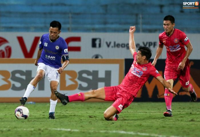 Ngoại binh U40 xử lý bóng gây ngỡ ngàng trước hàng thủ Hà Nội FC - Ảnh 4.