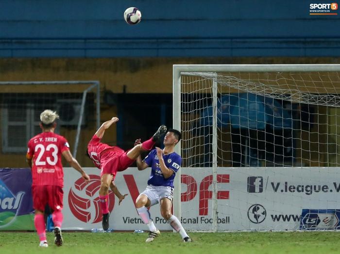Ngoại binh U40 xử lý bóng gây ngỡ ngàng trước hàng thủ Hà Nội FC - Ảnh 2.