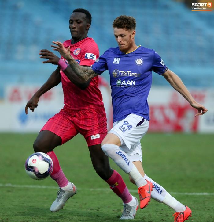Ngoại binh U40 xử lý bóng gây ngỡ ngàng trước hàng thủ Hà Nội FC - Ảnh 7.