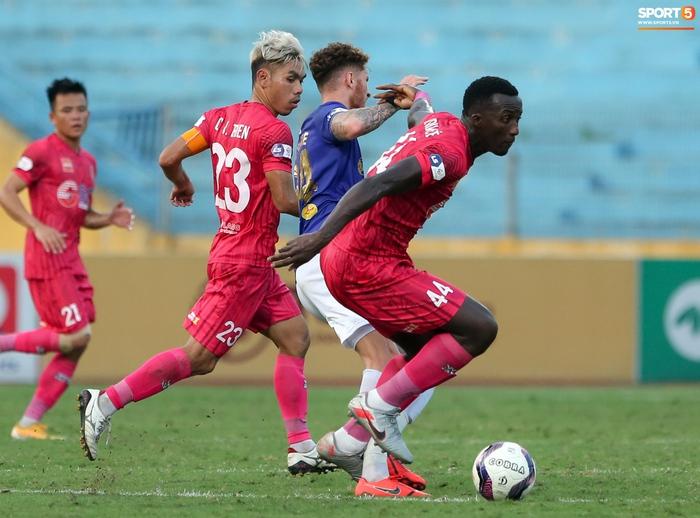 Ngoại binh U40 xử lý bóng gây ngỡ ngàng trước hàng thủ Hà Nội FC - Ảnh 8.