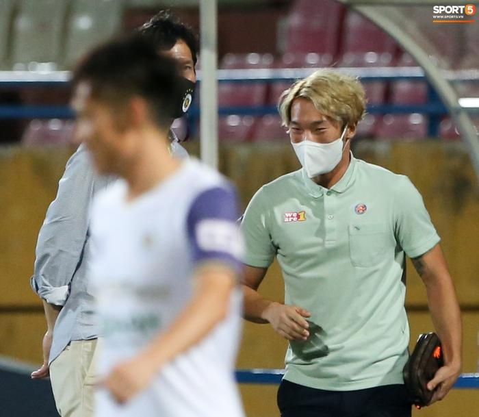 Ngoại binh U40 xử lý bóng gây ngỡ ngàng trước hàng thủ Hà Nội FC - Ảnh 5.