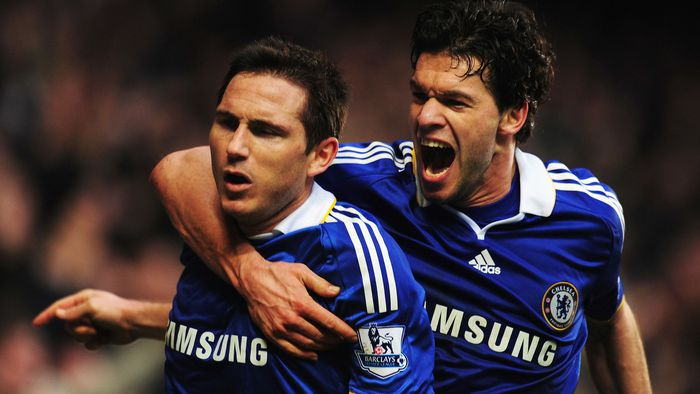 Mặc kệ cặp vũ nữ nóng bỏng gần bên, cựu danh thủ Chelsea dán mắt xem chung kết Champions League - Ảnh 3.