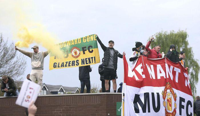 Manchester United đứng trước nguy cơ bị trừ điểm sau khi để cổ động viên làm loạn ở Old Trafford - Ảnh 1.