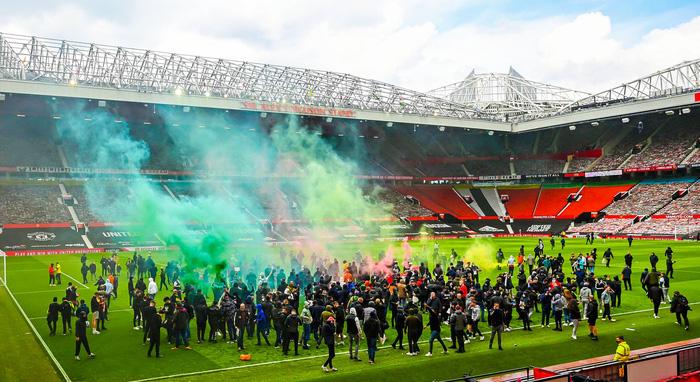 Manchester United đứng trước nguy cơ bị trừ điểm sau khi để cổ động viên làm loạn ở Old Trafford - Ảnh 2.