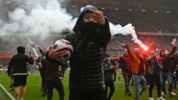 Manchester United đứng trước nguy cơ bị trừ điểm sau khi để cổ động viên làm loạn ở Old Trafford - Ảnh 3.