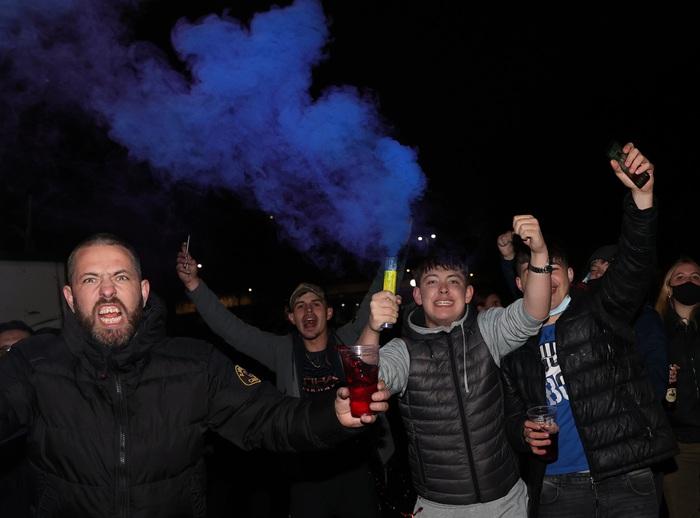 """Cầu thủ Man City ăn mừng """"điên dại"""" trong phòng thay đồ, fan đổ ra đường ăn mừng, nhiều người không đeo khẩu trang - Ảnh 8."""