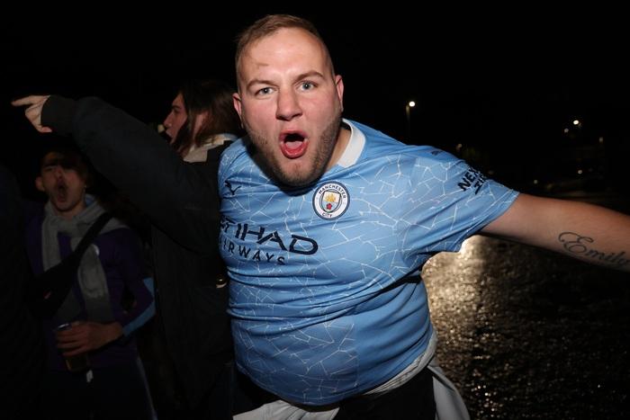 """Cầu thủ Man City ăn mừng """"điên dại"""" trong phòng thay đồ, fan đổ ra đường ăn mừng, nhiều người không đeo khẩu trang - Ảnh 9."""