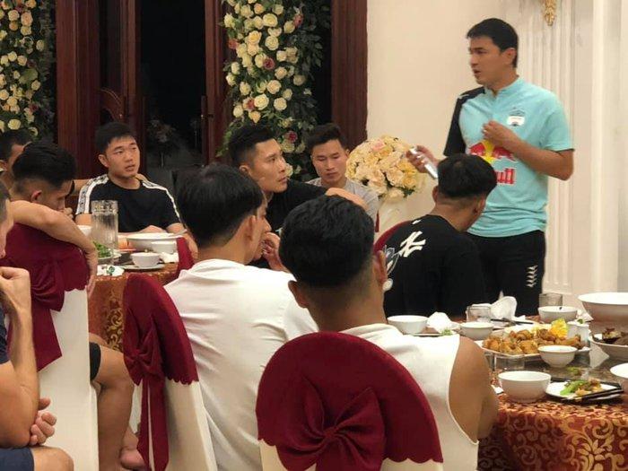 HLV Kiatisuk gửi thông điệp đến Công Phượng, Xuân Trường trước ngày lên tuyển Việt Nam - Ảnh 1.