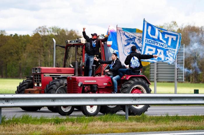 Tưởng đội nhà chắc suất lên hạng, fan chơi lớn tung tập đoàn công nông - máy kéo làm náo loạn đường phố - Ảnh 5.