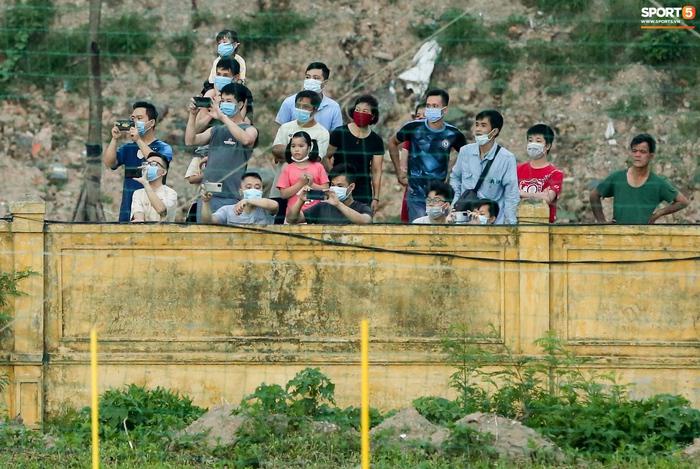 Tuyển Việt Nam vỡ kế hoạch tập kín vì những khán giả không mời mà đến - Ảnh 5.