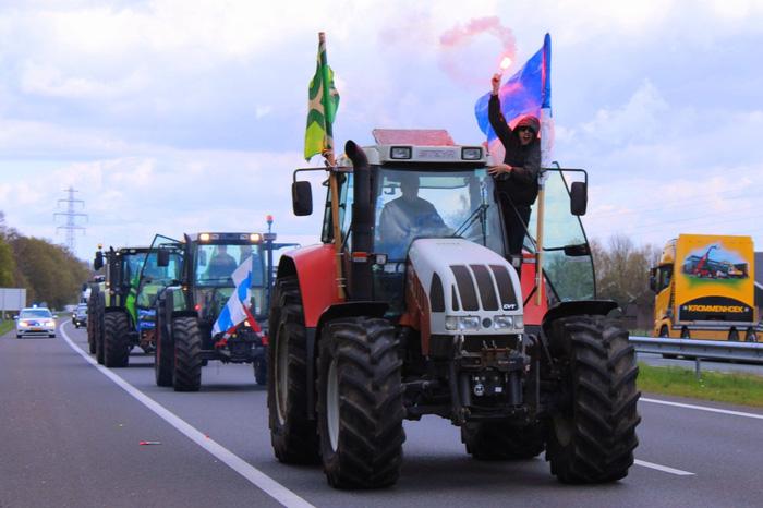 Tưởng đội nhà chắc suất lên hạng, fan chơi lớn tung tập đoàn công nông - máy kéo làm náo loạn đường phố - Ảnh 4.