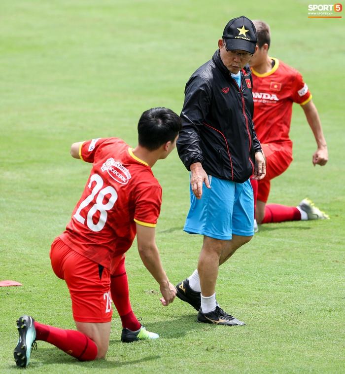 Tuấn Anh biểu cảm đáng yêu khi được HLV Park Hang-seo quan tâm - ảnh 8