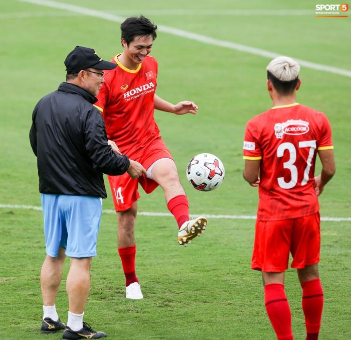 Tuấn Anh biểu cảm đáng yêu khi được HLV Park Hang-seo quan tâm - ảnh 4