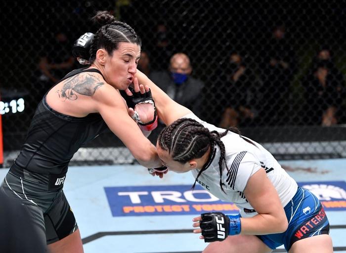 Bị đánh sưng hàm đến mức không thể cất tiếng, nữ võ sĩ 34 tuổi vẫn thi đấu ấn tượng để vượt qua Mỹ nhân karate - Ảnh 2.