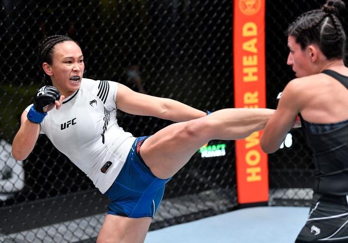 Bị đánh sưng hàm đến mức không thể cất tiếng, nữ võ sĩ 34 tuổi vẫn thi đấu ấn tượng để vượt qua Mỹ nhân karate - Ảnh 4.