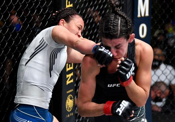Bị đánh sưng hàm đến mức không thể cất tiếng, nữ võ sĩ 34 tuổi vẫn thi đấu ấn tượng để vượt qua Mỹ nhân karate - Ảnh 6.