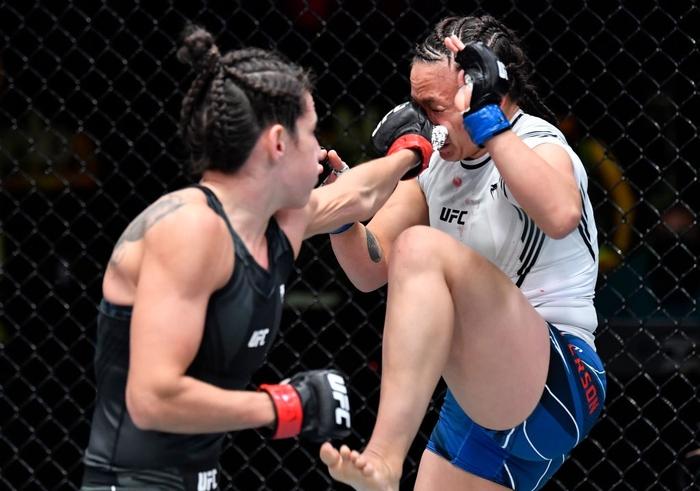 Bị đánh sưng hàm đến mức không thể cất tiếng, nữ võ sĩ 34 tuổi vẫn thi đấu ấn tượng để vượt qua Mỹ nhân karate - Ảnh 7.